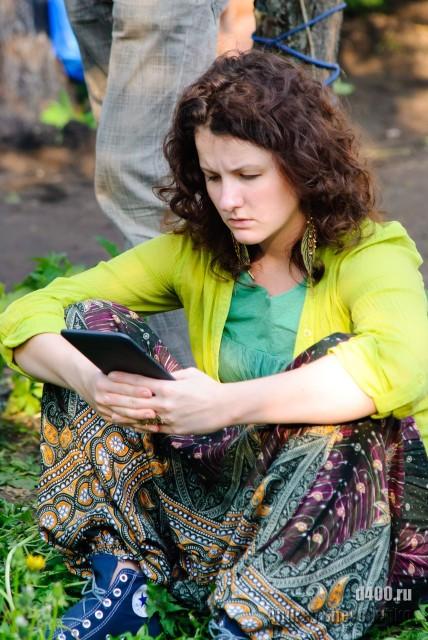 девушка читает киндл