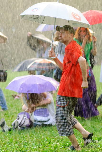 танец с зонтом под дождем