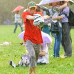 танцы под дождем с зонтом