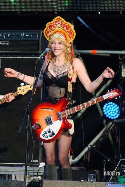 Courtney Love в кокошнике на пикнике афиши 2011