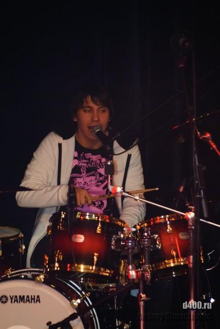 удивительный вокалист-барабанщик
